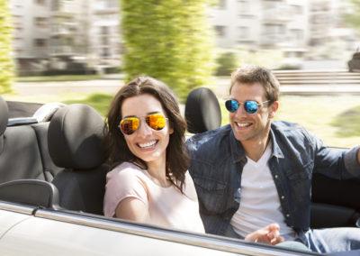 pár v autě sluneční