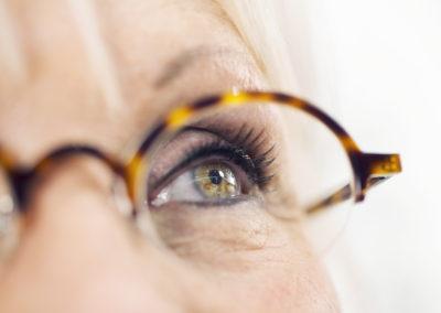 Detail babičky s brýlemi